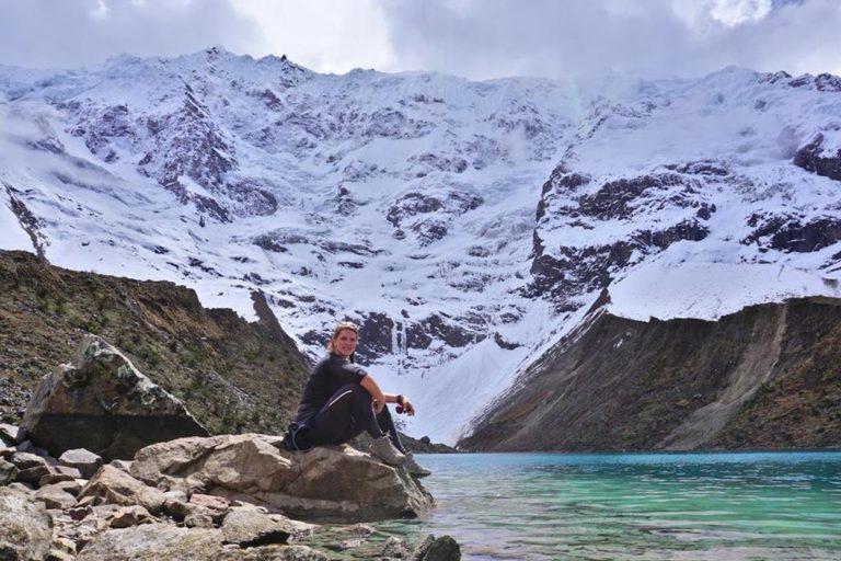 Vor dem Humantay Lake auf dem Salkantay Trek in Peru