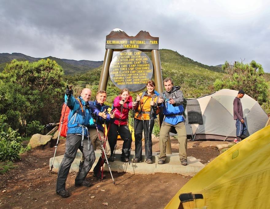 Kilimanjaro Besteigung - Bild vor dem Camp Schild