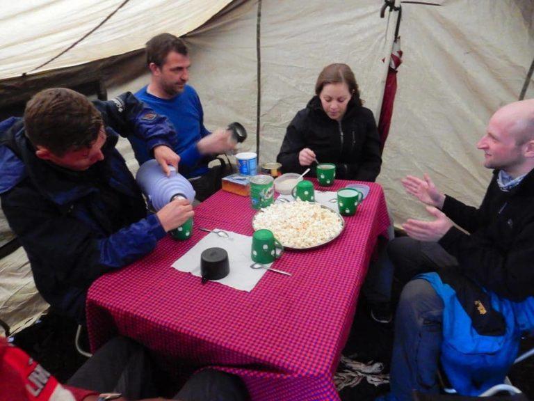 Tee und Popcorn im Camp