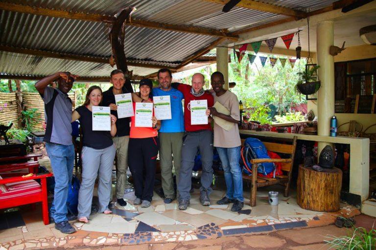 Nach der Kilimanjaro Besteigung, entgegennehmen der Urkunden